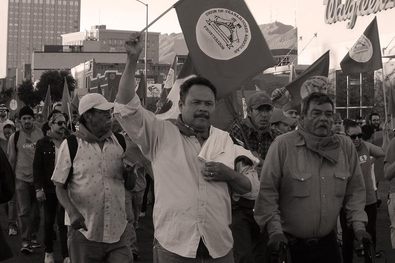Trabajadores agrícolas fronterizos marchan en El Paso, Texas, en demanda de justicia y dignidad, el 31 de marzo del 2014. Foto de Dante Vázquez Marentes