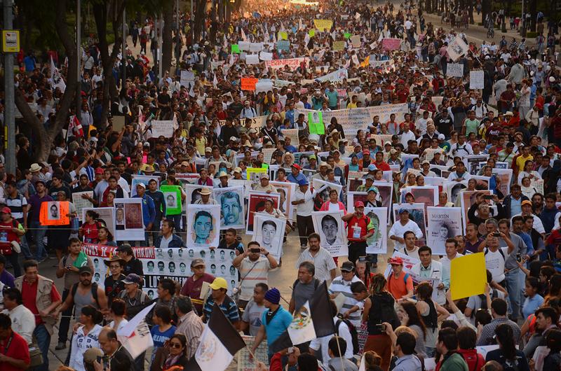 Marcha del 20 de noviembre en demanda de justicia y por la presentación con vida de los 43 normalistas desaparecidos por el criminal Estado mexicano.